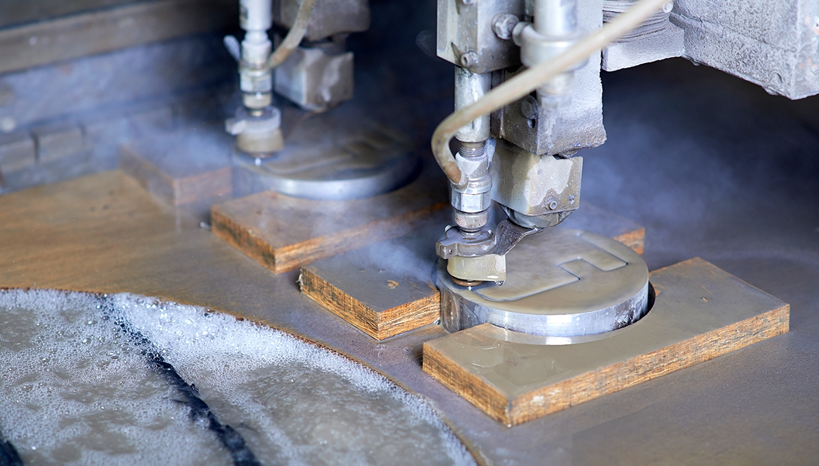 Wasserstrahlschneiden mit einer Doppelkopfanlage. Waterjet cutting with a double head system. Découpe par jet d'eau avec une machine à double tête